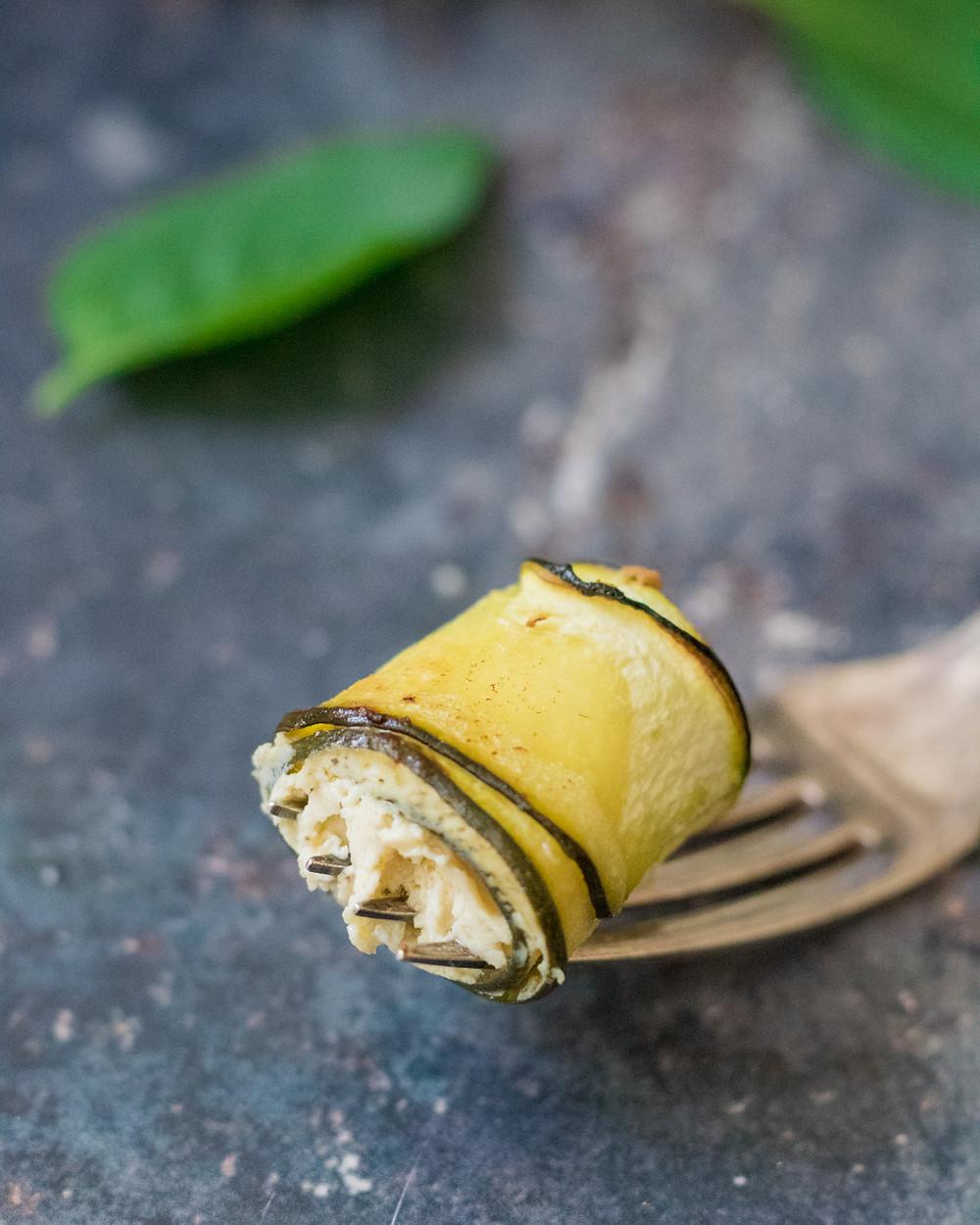 גלילות זוקיני במילוי גבינת טופו טבעונית מוצרלה קשיו טבעונית