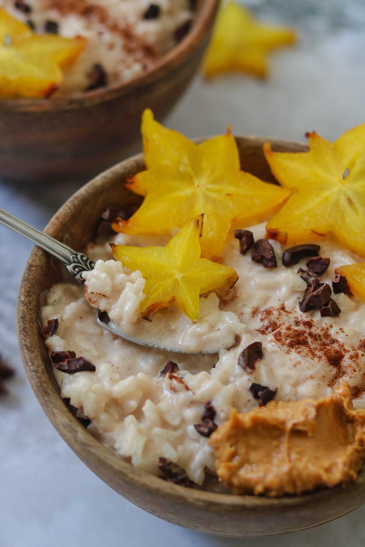 דייסת אורז חמה ומתוקה, פודינג אורז, טבעוני, ללא גלוטן, עם חלב קוקוס, חלב שקדים, קינמון וקרמבולהם
