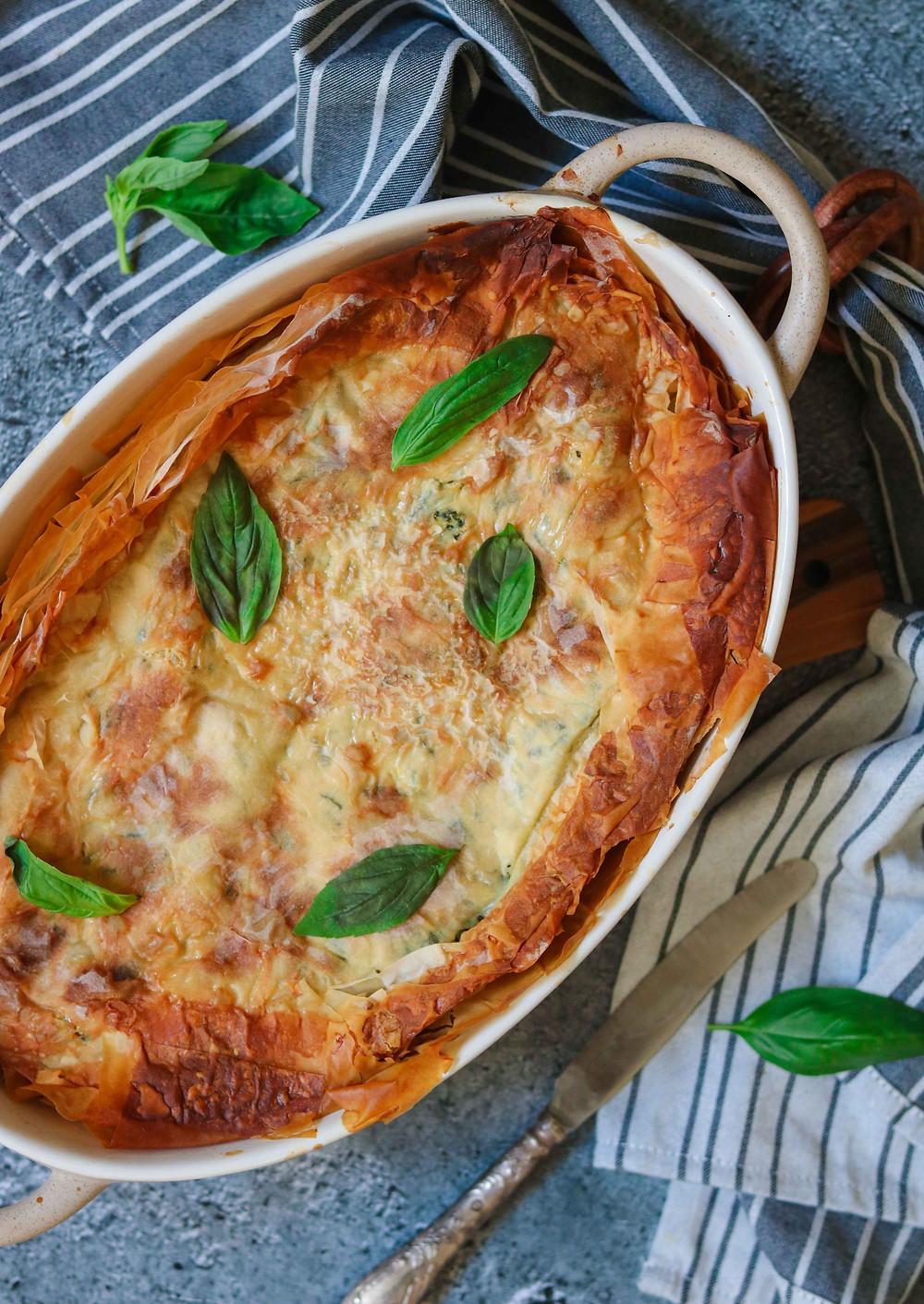 מאפה פילו טבעוני במילוי גבינה טבעונית עם טופו קשיו בזיליקום וקייל