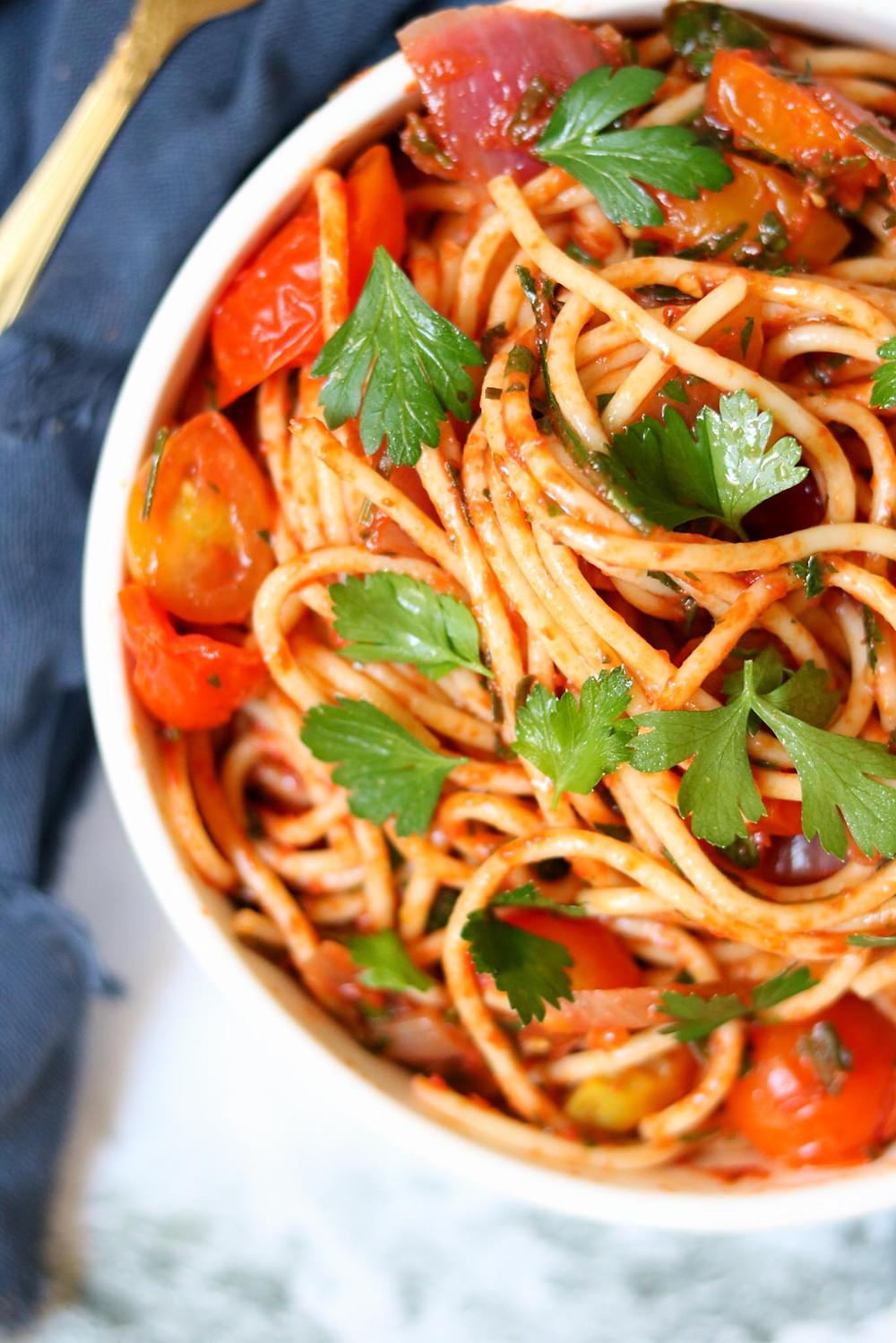 ספגטי ברוטב עגבניות קלאסי ספגטי טבעוני עם ירוקים