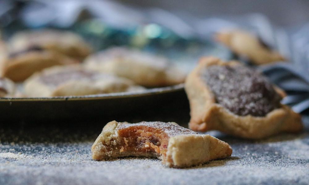 אוזני המן פריכות ללא גלוטן טבעוני בריא וטעים במילוי תמרים וחמאת בוטנים