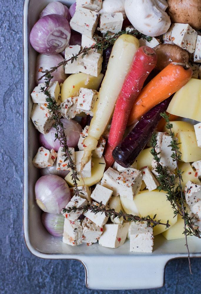 ביף בורגיניון טבעוני צמחוני עם ירקות שורש וטופו