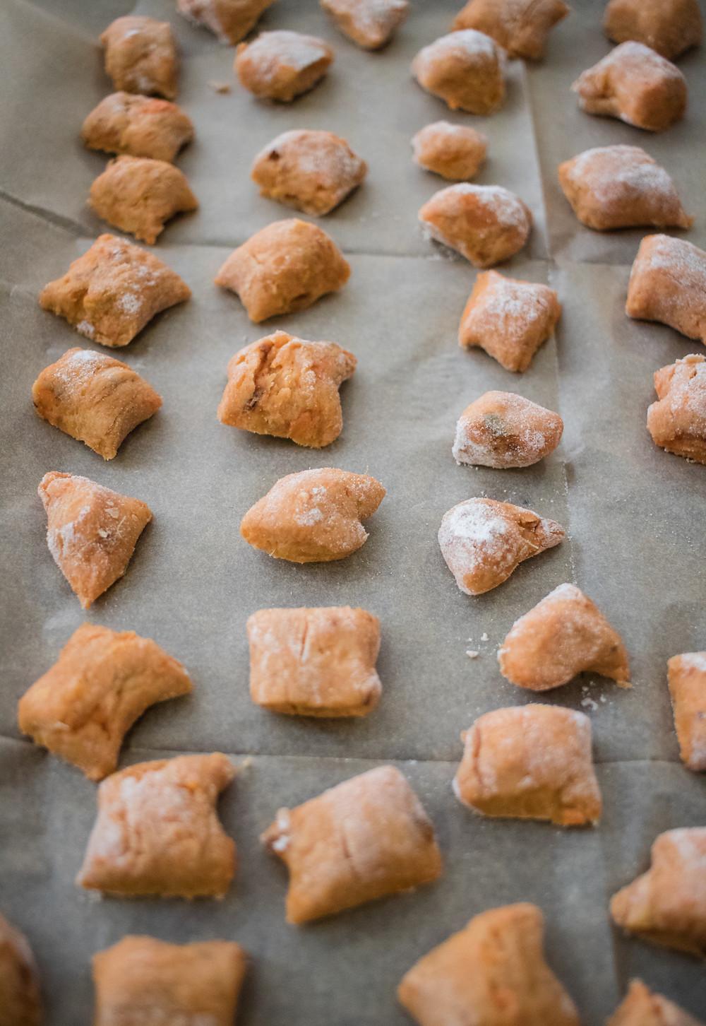 ניוקי בטטה טבעוני עם קמח כוסמין מלא ברוטב שמנת טבעוני וממרח פסטו