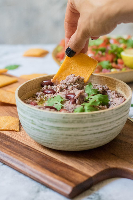 ארוחה מקסיקנית טבעונית עם מטבל שעועית נאצ'וס ביתי אפוי טבעוני וללא גלוטן