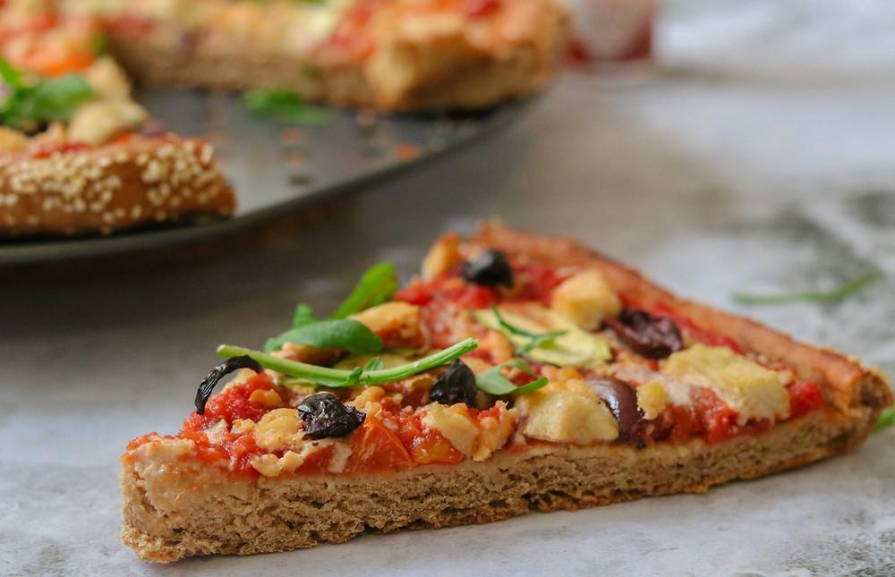 פיצה מקמקח כוסמין מלא ללא שמרים ללא לישה טבעוני עם גבינת מוצרלה קשיו וירקות