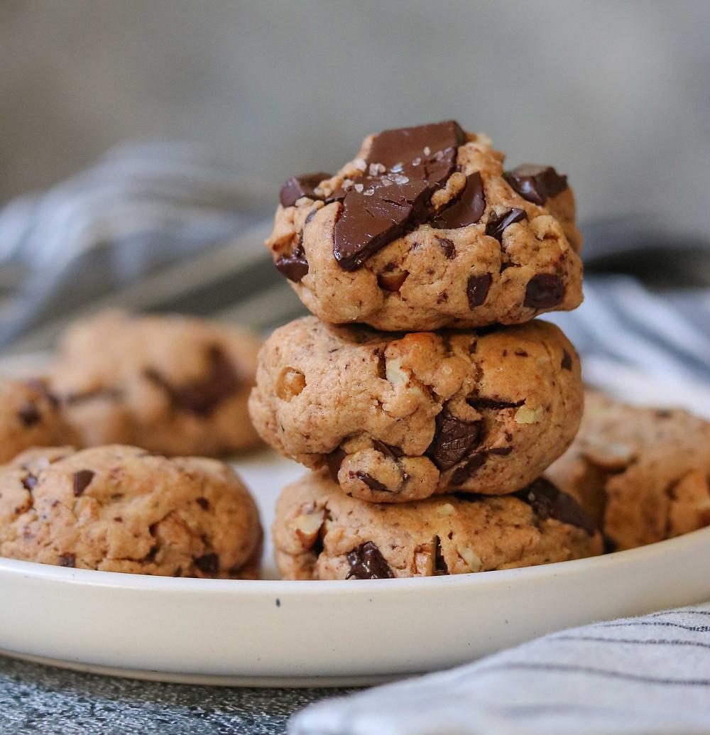 עוגיות מקמח כוסמין מלא טבעוני עם שוקולד מריר, חמאת בוטנים, מלח גס, פקאנים, רכות ופריכות