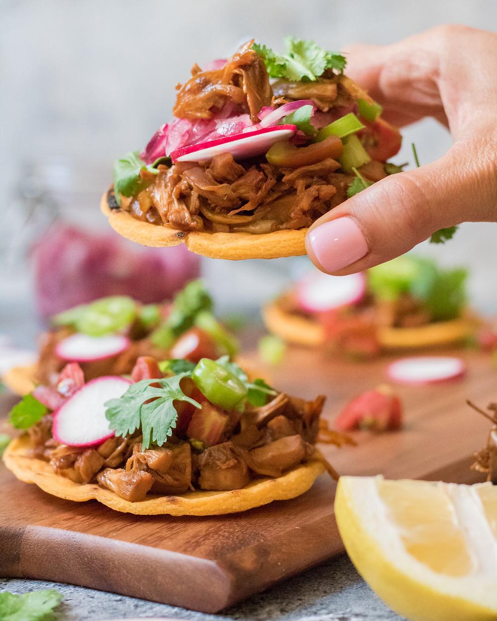 טורטיות תירס ללא גלוטן במילוי עוף טבעוני ברוטב אסיאתי עם ירקות טריים