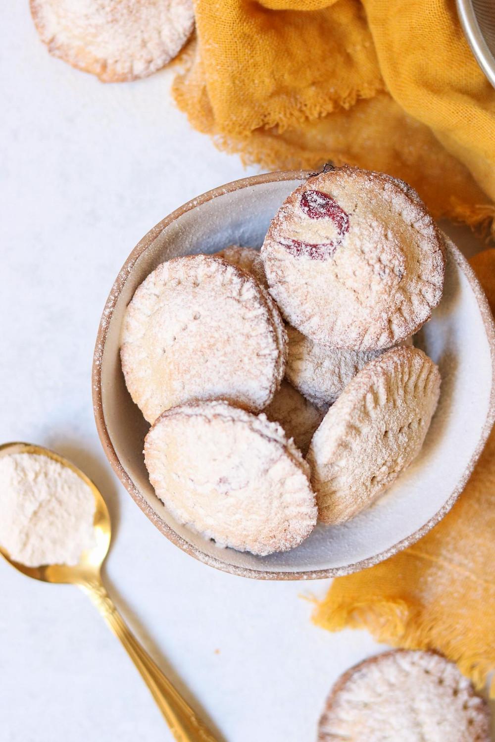 עוגיות סנדוויץ' טבעוניות ללא גלוטן במילוי שוקולד טבעוני וריבה