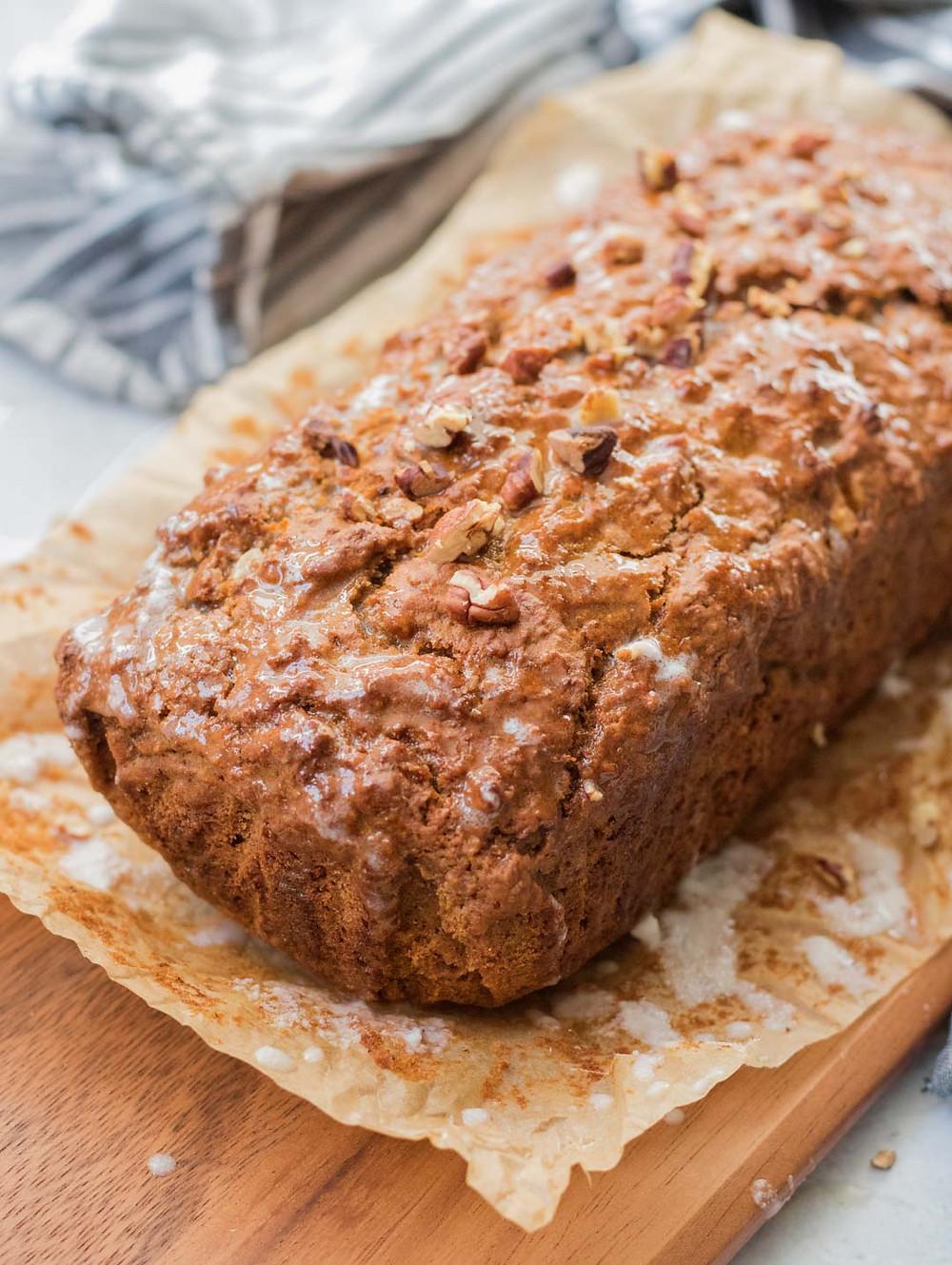 עוגת גזר טבעונית ורכה מקמח כוסמין מלא עוגה טבעונית ליד הקפה