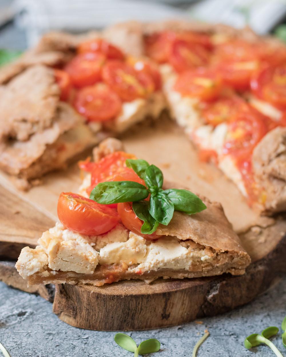 גאלט מלוח טבעוני במילוי גבינת פטה טבעונית ועגבניות שרי מקמח כוסמין מלא