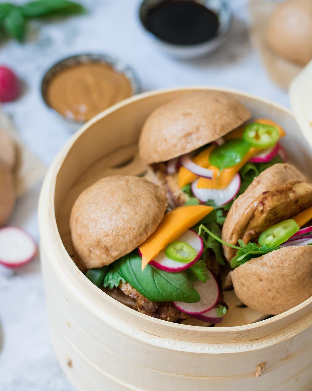 לחמניות באן מאודות מקמח כוסמין טבעוניות במילוי טופו צרוב טבעוני עם רוטב אסיאתי