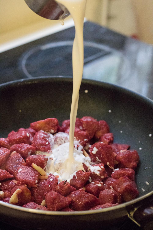 ניוקי סלק בטטה טבעוני מקמח כוסמין מלא ברוטב שמנת טבעוני