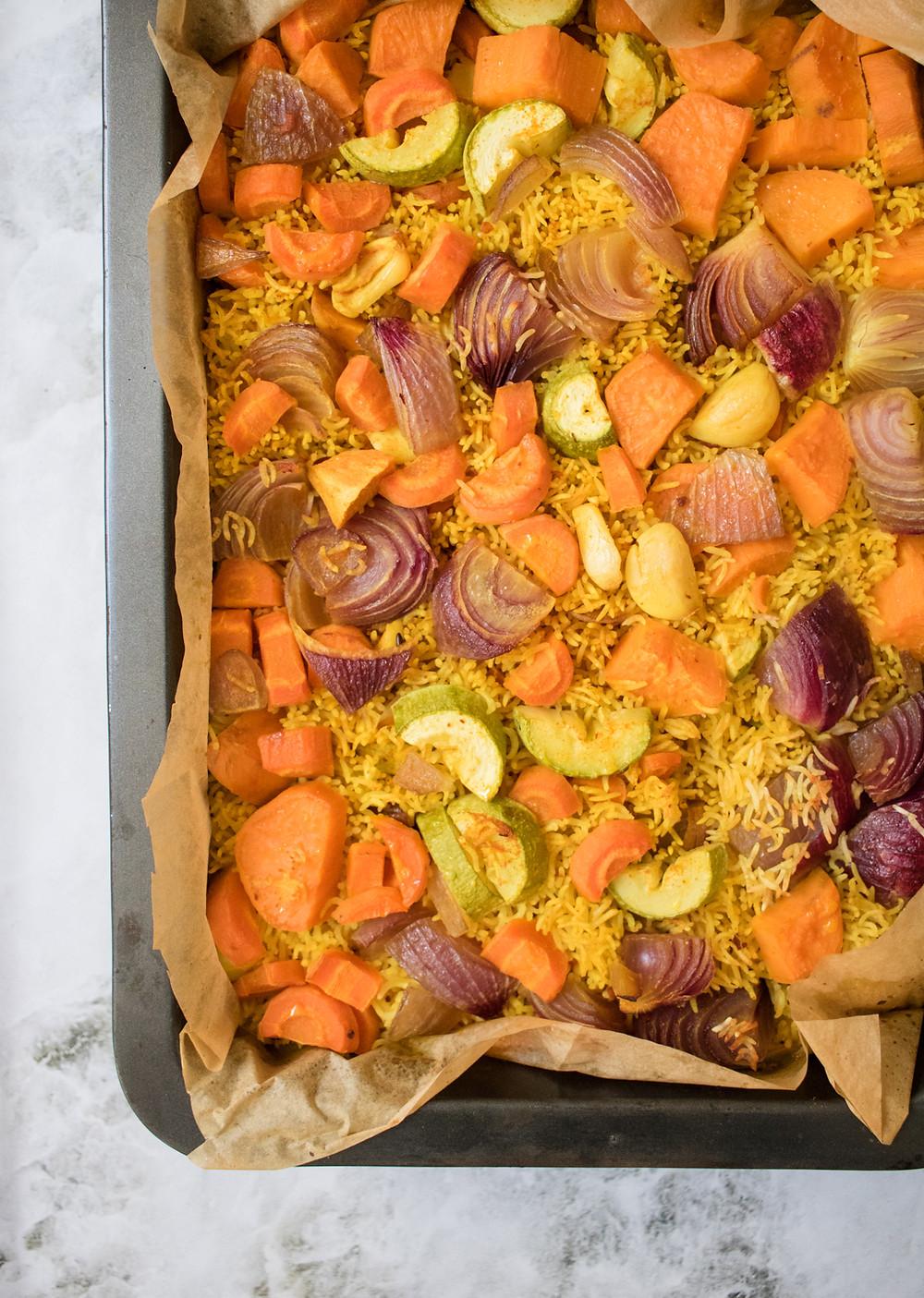 אורז צהוב אפוי בתנור עם ירקות מנה טבעונית לארוחת צהריים