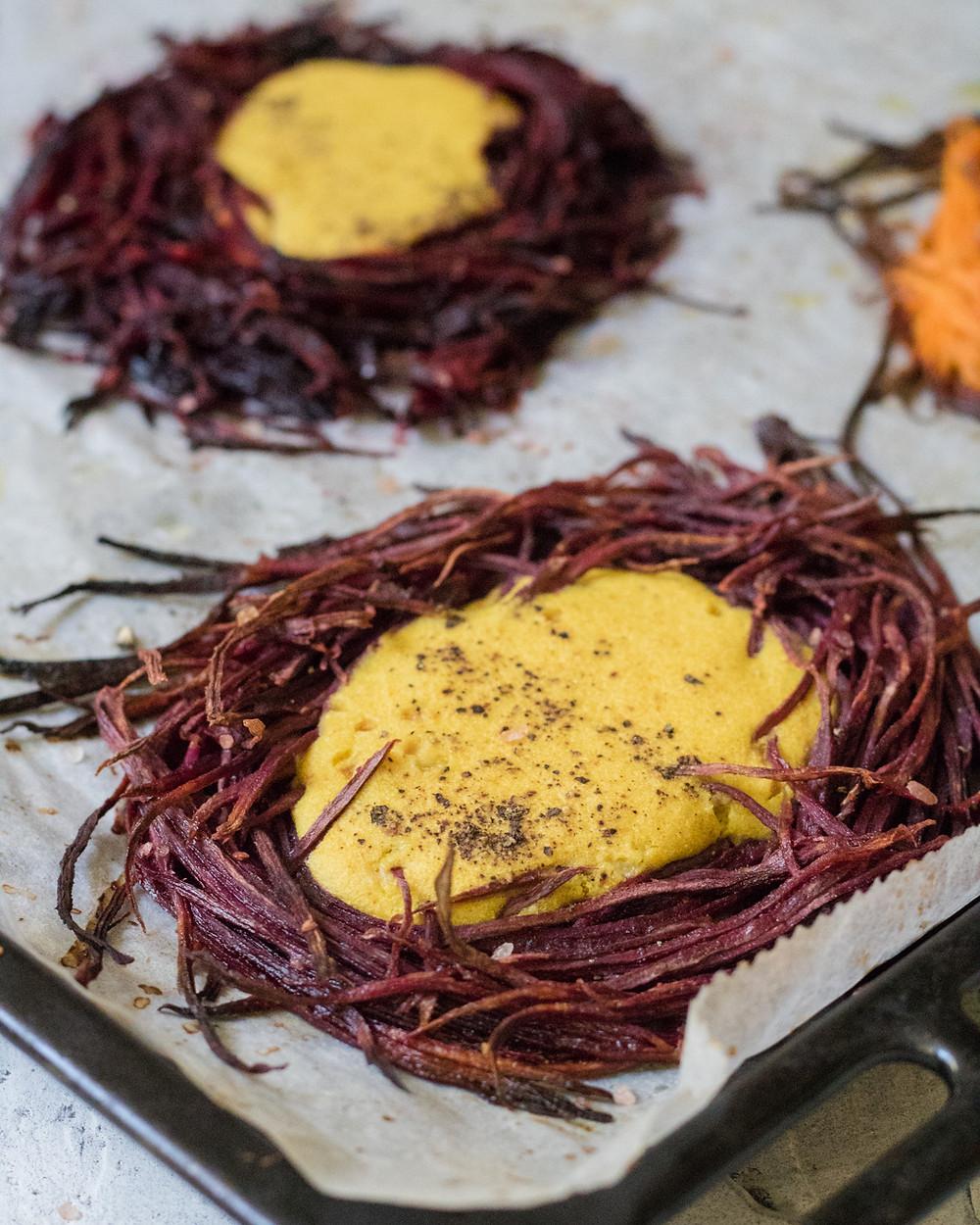 החביתת קמח חומוס טבעונית בתוך ירקות אפויים מנה טבעונית וללא גלוטן
