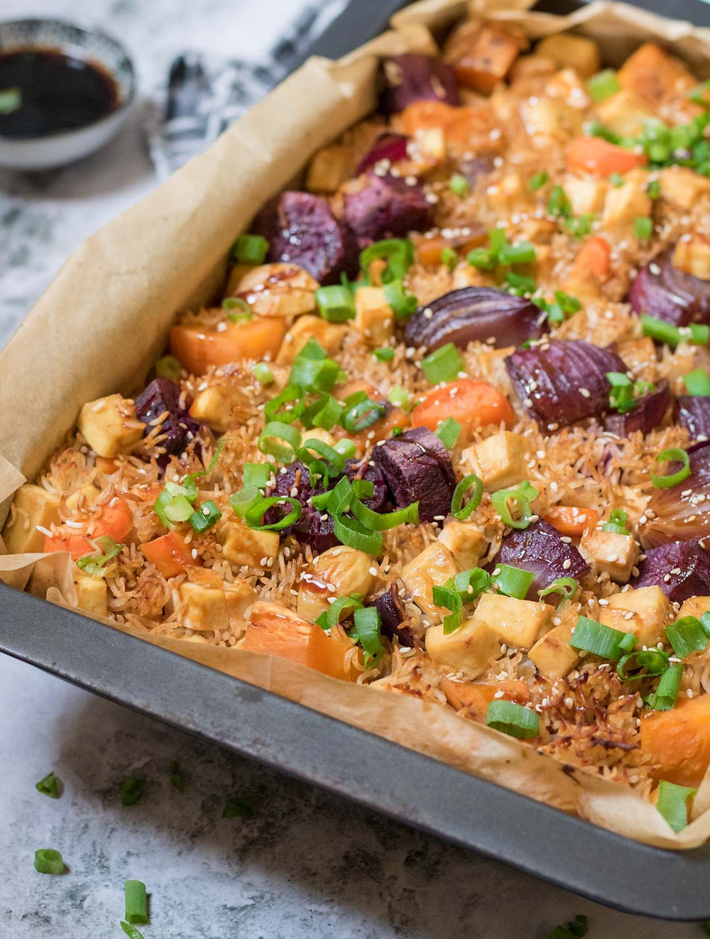 מנה טבעונית לארוחת צהריים בריאה אורז עם ירקות וטופו