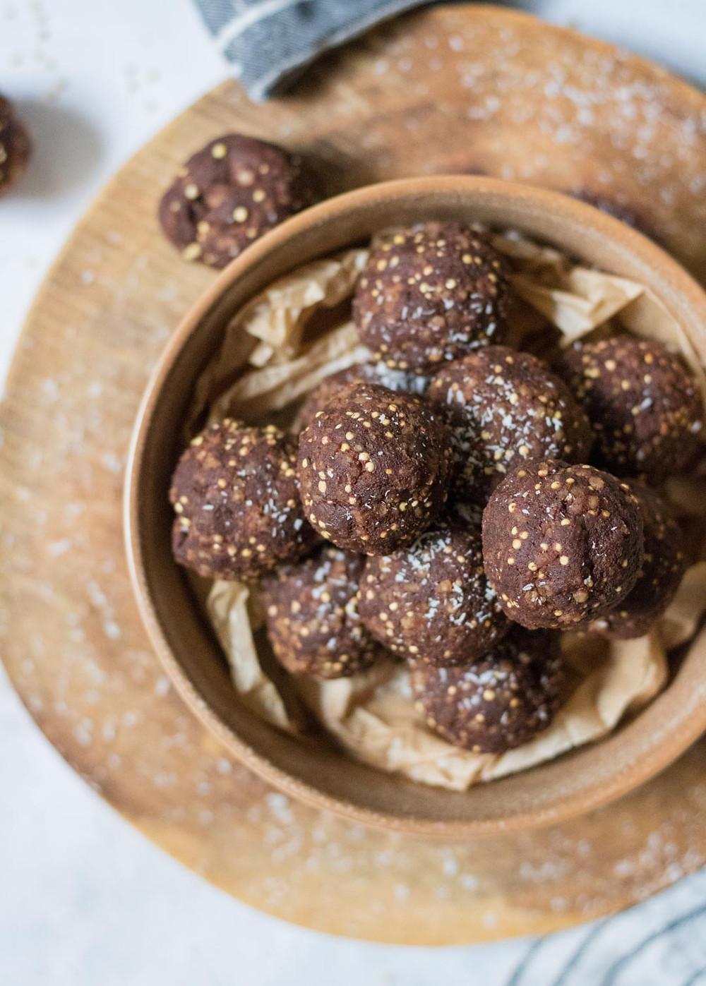 כדורי אנרגיה טבעוניים ללא גלוטן עם שוקולד חמאת בוטנים ודוחן