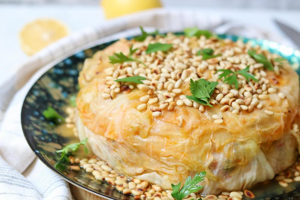 עוגת כרוב טבעונית כרוב טבעוני ממולא באורז וירקות