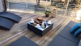 terrasse plein sud avec salon et chaises longues