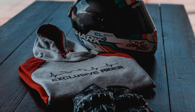 Tienda online de ropa motera, sudadera motera de latidos exclusive rider, bicolor con guantes y casco de motocicleta.