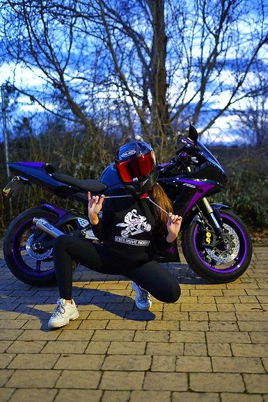 chica motera yamaha r6 vanesa garcia, sudadera exclusive rider, diseño rider caballito moto y casco hjc