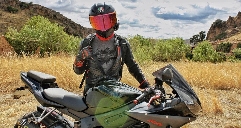 Camiseta motera gris de un diseño de neumatico de moto Exclusive Rider.