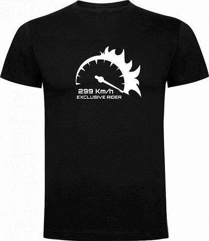 camiseta negra de chico, marcador de moto a 299km/h color blanco