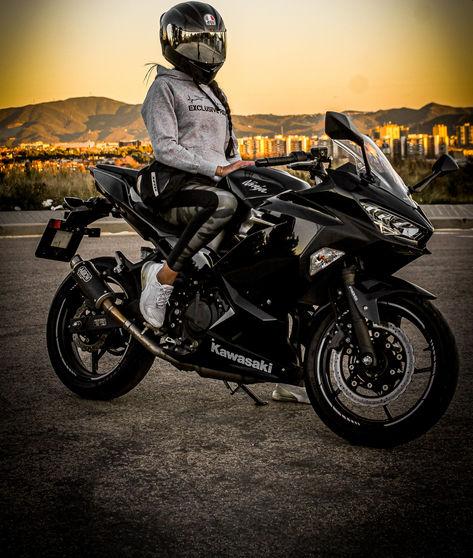 Chica motera en una kawasaki ninja 400 color negra y con ropa motera sudadera gris exclusive rider mas casco agv y pantalla espejo