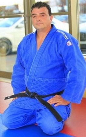 Senseï Ben » est né à Oran, une grande ville en Algérie en 1965. C'est en 1972 à l'âge de 7 ans qu'il fait ses premiers pas sur les tatamis dans une modeste salle de judo. Il obtient son grade de ceinture noire judo ju-jitsu en 1984, ses voyages en Europe de l'Est lui permettent d'acquérir des notions de Sambo et de Lutte Gréco-Romaine, Tout au long de son parcours, il décroche successivement des grades de haut niveau et un Doctorat en médecine en mars 1992. Senseï Ben est arrivé au Québec en 2001, il a été entraîneur de l'équipe de la ville de Laval aux Jeux du Québec. Il a reçu la médaille de bronze et médaille d'argent de la Ville de Laval pour son implication sportive et la qualification de ses élèves aux championnats provinciaux et aux championnats Canadiens ainsi qu'aux Jeux de Québec. Il a également reçu le trophée du visage d'art en 2010. Ce prix remis par l'ARLPH (L'Association régionale pour personnes handicapées de Laval) pour les efforts de son élève non voyant. Ce dernier