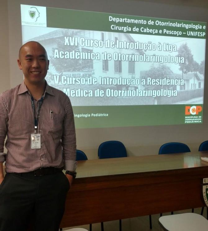 Dr. Vitor Chen dá aula sobre traqueostomia na criança em Curso para alunos de medicina e médicos res