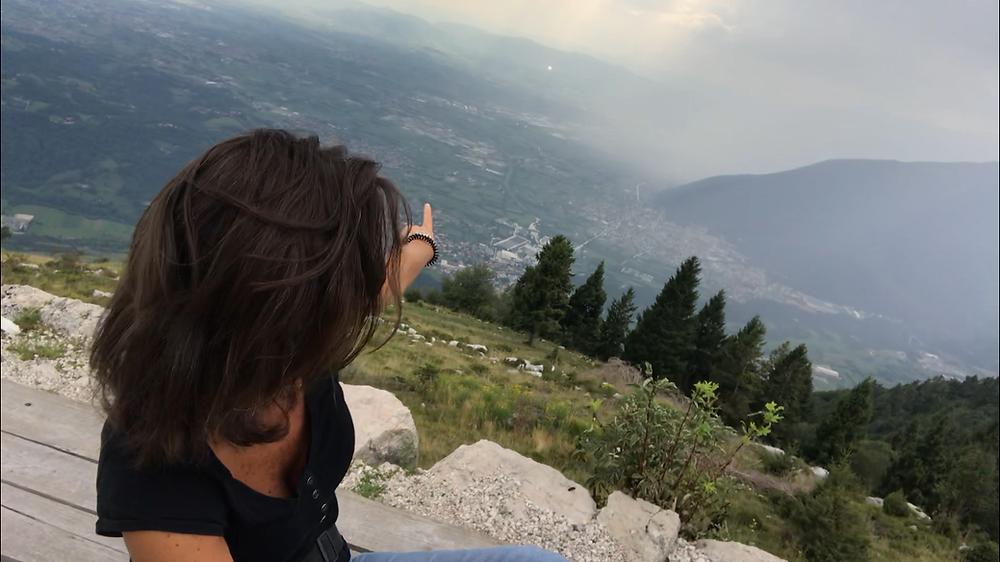 Romina Ciuffa, dal Monte Paù (Caltrano, VI) indica la pianura veneta