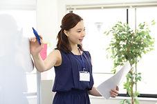 分析結果を説明する女性社員