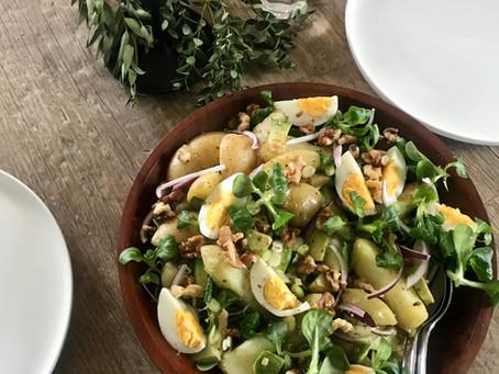 Leftover salade met ei, avocado en walnoten