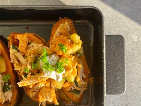 Zoete aardappel gevuld met pulled chicken