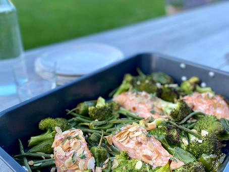 Gemarineerde zalm met groene groenten uit de oven