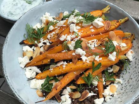 Linzensalade met geroosterde wortelen, feta en yoghurt-dille dressing