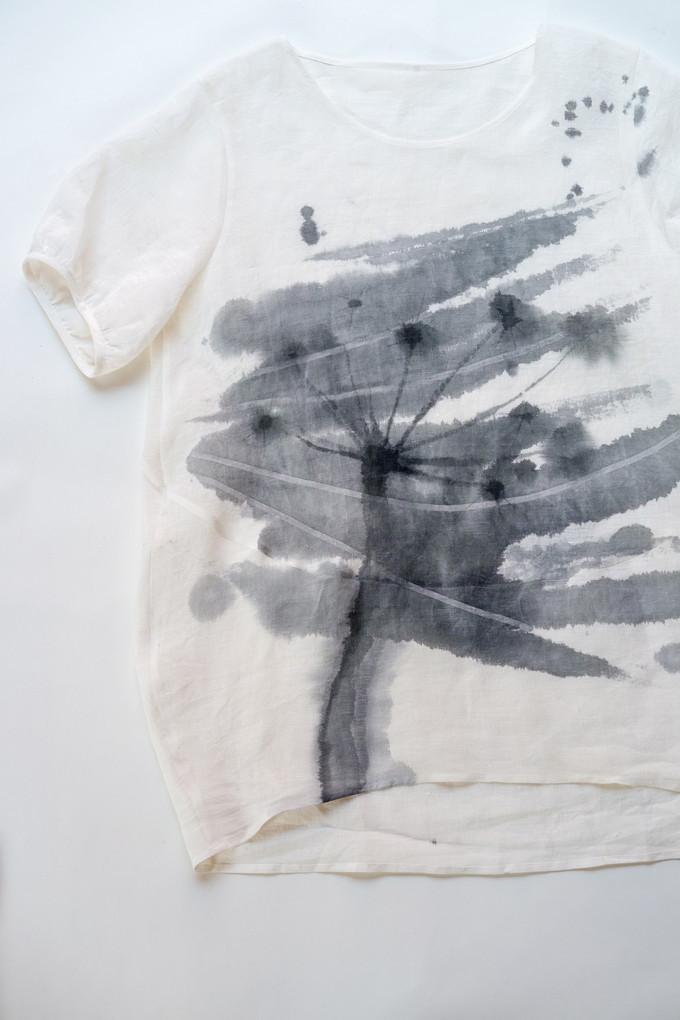 青墨で描いた服と絵の作品展を開催します。