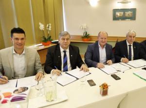 A karate jövője szempontjából igen fontos megállapodásokat írt alá (balról jobbra) Balogh Gábor, Mocsai Lajos, Simicskó István és Mészáros János  •  Forrás: karate.hu