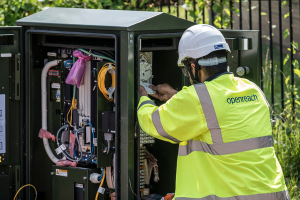 Openreach engineer working in a street cabinet. Source : BT Plc Assest Bank