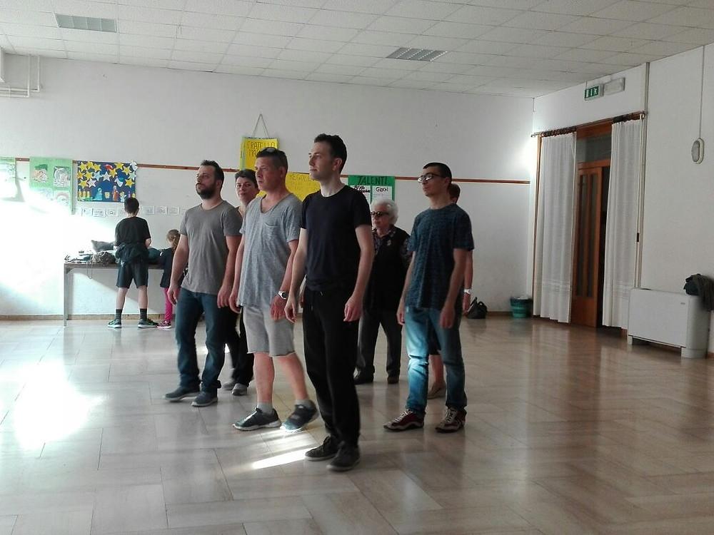sei personen circa che stanno camminando in diagolnale