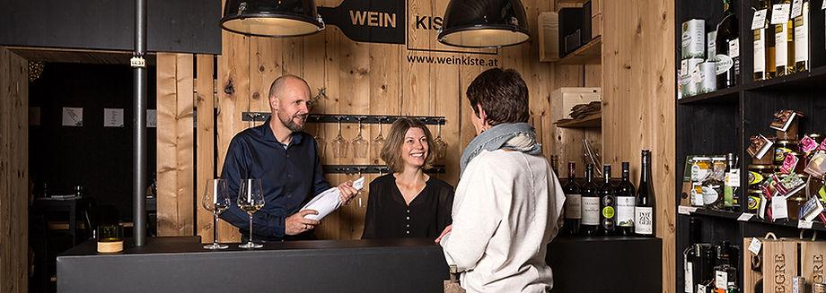 Hildegard Wolf und Josef Hintler-Wolf mit einer Kundin in Ihrer Weinkiste