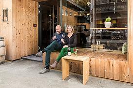 Josef Hintler-Wolf und Hildegard Wolf genießen ein Glaserl Wein vor ihrer Weinkiste