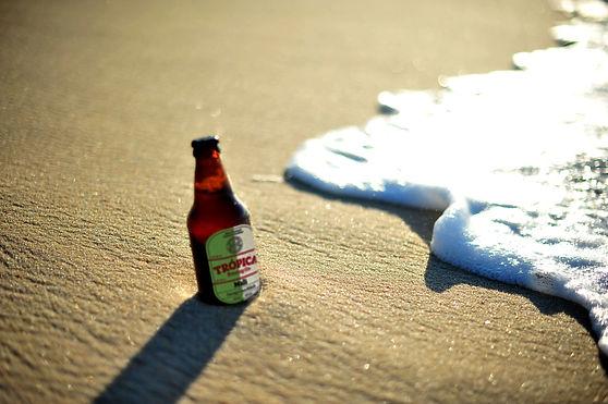 Homm segurando taça de cerveja trópica