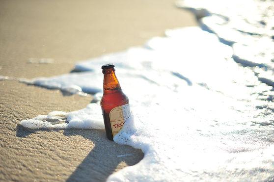 garrafa de cerveja fortaleza na areia da praia de fortaleza