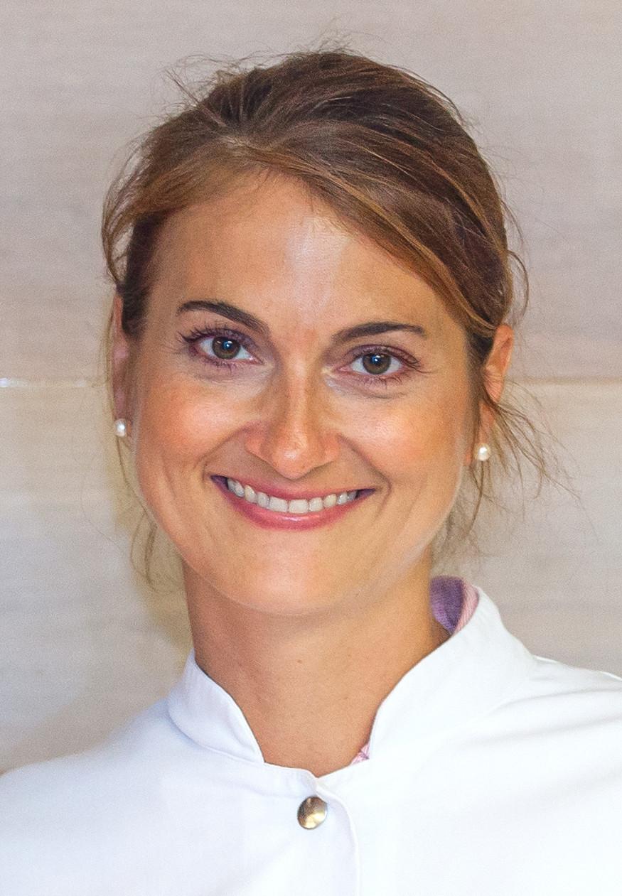 Frau Dr. med. Julia Schmidt leitet die Spezialsprechstunde für Pferdesportler im UKE Athleticum Hamburg
