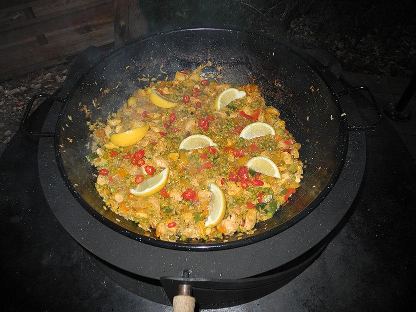 feuerschale oder gartengrill f r die gartenk che kaufen paella wok pfanne. Black Bedroom Furniture Sets. Home Design Ideas