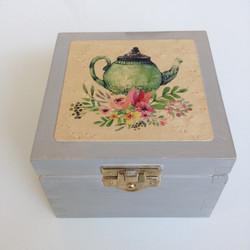Malá krabička na čaj čí šperkovnica