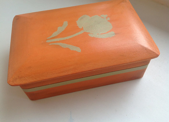 Jewellery box with mirror in lid