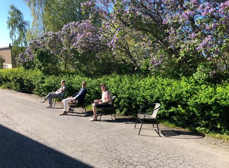 Soffa och bord på plats i X26 Företagshusets Trädgård