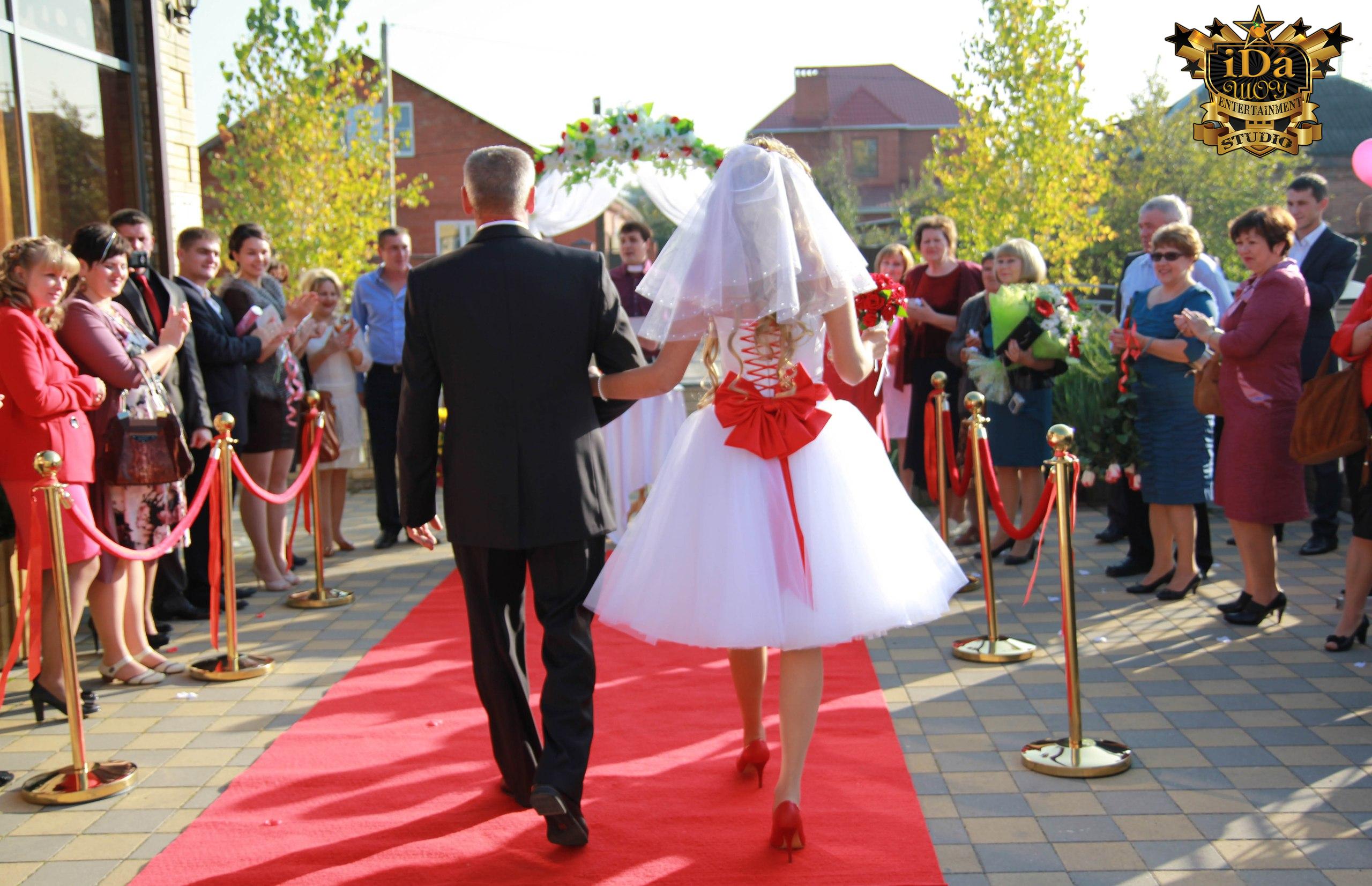 Красивая встреча молодожёнов. Европейская свадьба