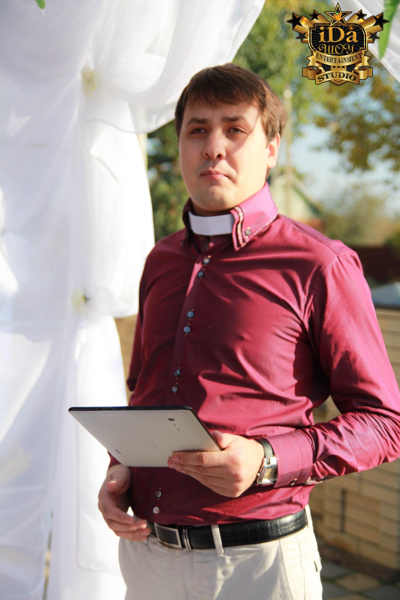 Шуточный священик на Европейской свадьбе